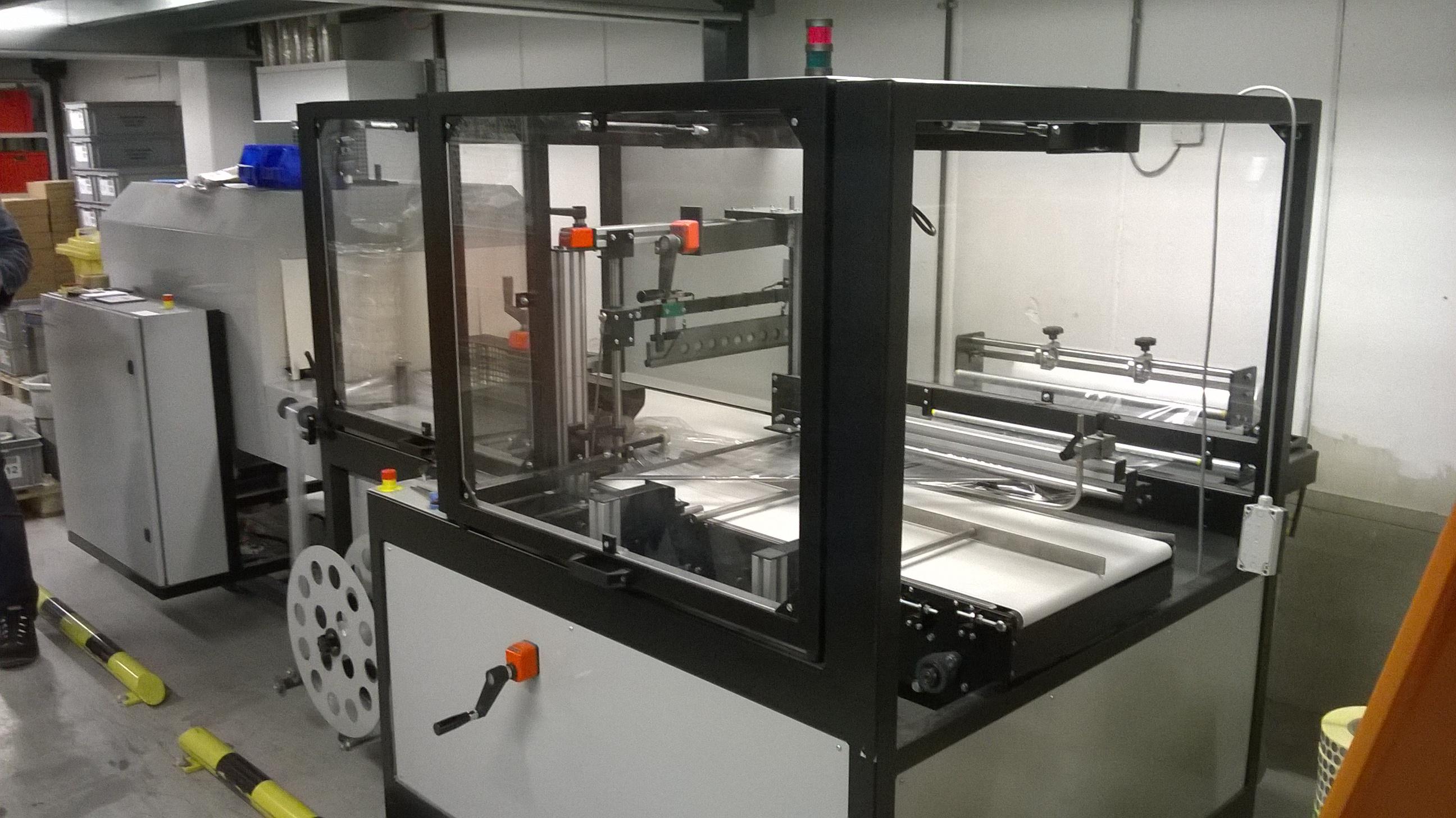 Alfatechnics Zijlas-verpakkingsmachine-sidesealer-krimpfolieverpakkingsmachine met krimptunnel.